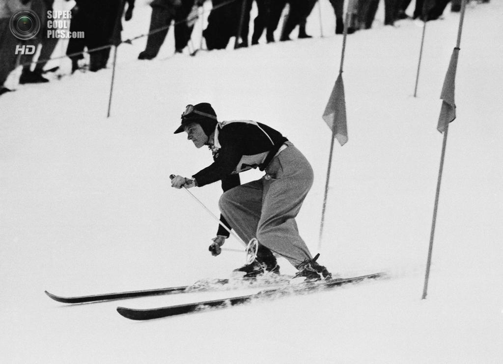 Швейцария. Санкт-Мориц, Граубюнден. 4 февраля 1948 года. 15-летняя Андреа Мид из США на соревнованиях по слалому. (AP Photo)