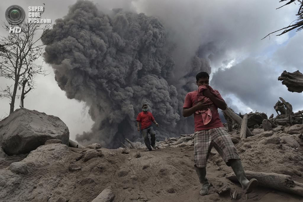 Индонезия. Каро, Северная Суматра. 21 января. Местные жители убегают от пирокластического потока во время извержения Синабунга. (Reuters/Stringer)