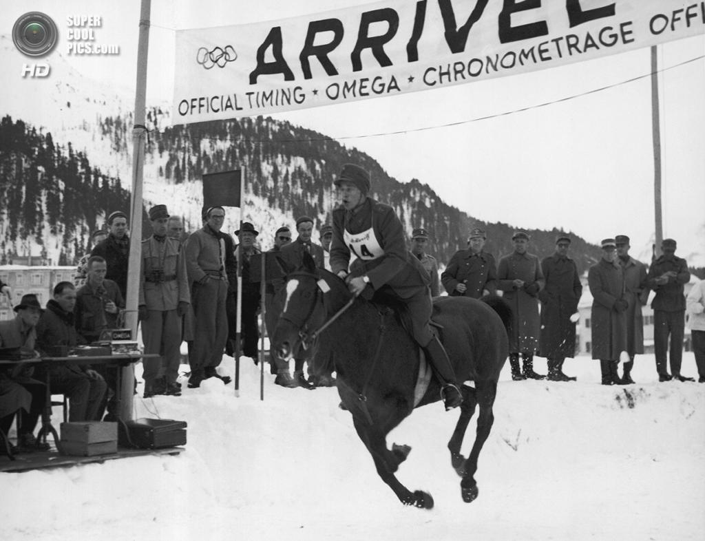 Швейцария. Санкт-Мориц, Граубюнден. 4 февраля 1948 года. Густав Аллен Линдх из Швеции пересекает финишную черту на соревнованиях по зимнему пятиборью, которые он выиграл. (AP Photo)