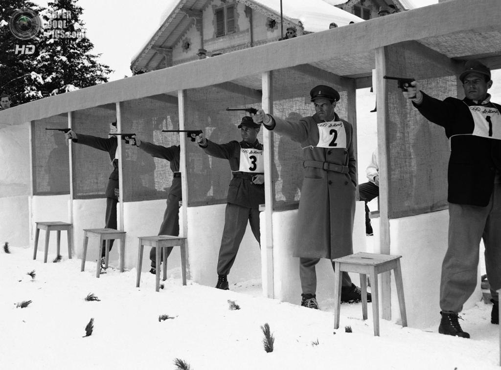 Швейцария. Санкт-Мориц, Граубюнден. 1 февраля 1948 года. Секция стрельбы из пистолета на соревнованиях по зимнему пятиборью. (AP Photo/Green)