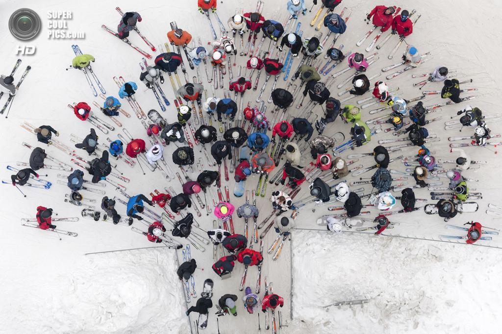Вид сверху на лыжников и сноубордистов. Место съёмки: Польша. (Kacper Kowalski/2014 Sony World Photography Awards)