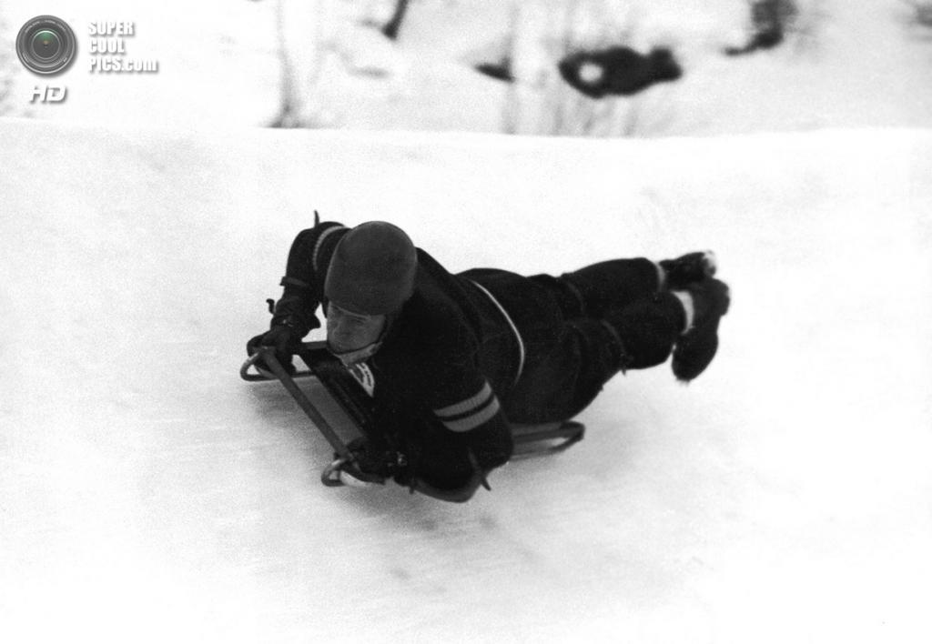 Швейцария. Санкт-Мориц, Граубюнден. 3 февраля 1948 года. Джей Краммонд из Великобритании выигрывает первую часть соревнований по скелетону. (AP Photo)