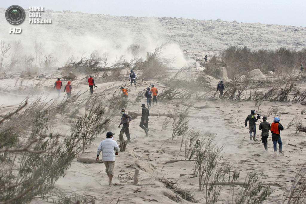 Индонезия. Каро, Северная Суматра. 2 февраля. Спасатели в поисках жертв пирокластического потока после извержения Синабунга. (AP Photo/Binsar Bakkara)