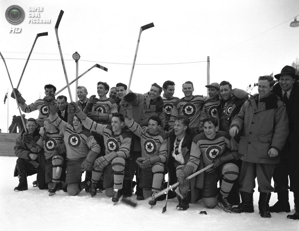 Швейцария. Санкт-Мориц, Граубюнден. 8 февраля 1948 года. Канадская сборная по хоккею после победы в финале над Чехословакией. (AP Photo/Green)