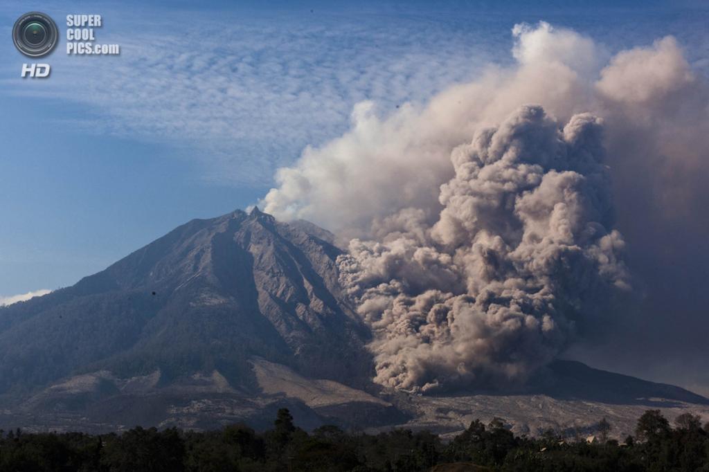 Индонезия. Тига-Панкур, Северная Суматра. 12 февраля. Пирокластический поток во время извержения Синабунга. (Ulet Ifansasti/Getty Images)
