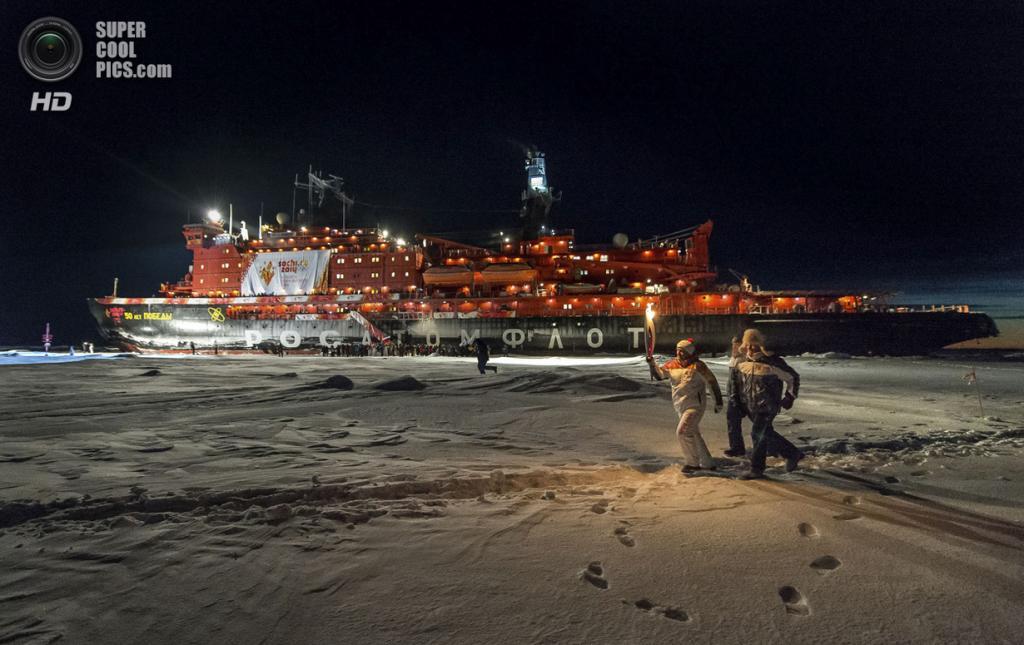 Северный полюс. Северный Ледовитый океан. 19 октября. У атомного ледокола Росатомфлота «50 лет победы». (AP Photo/Sergei Dolya)
