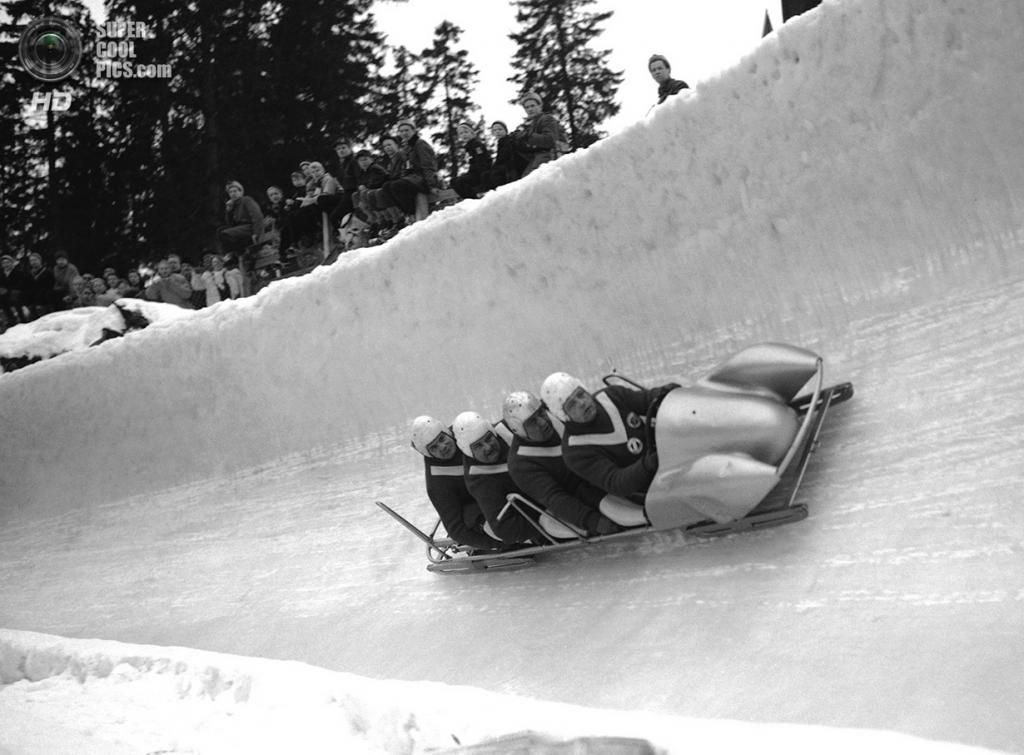 Норвегия. Осло. 22 февраля 1952 года. Экипаж-четвёрка из ФРГ, ведомая Андреасом Остлером, на соревнованиях по бобслею. (AP Photo)
