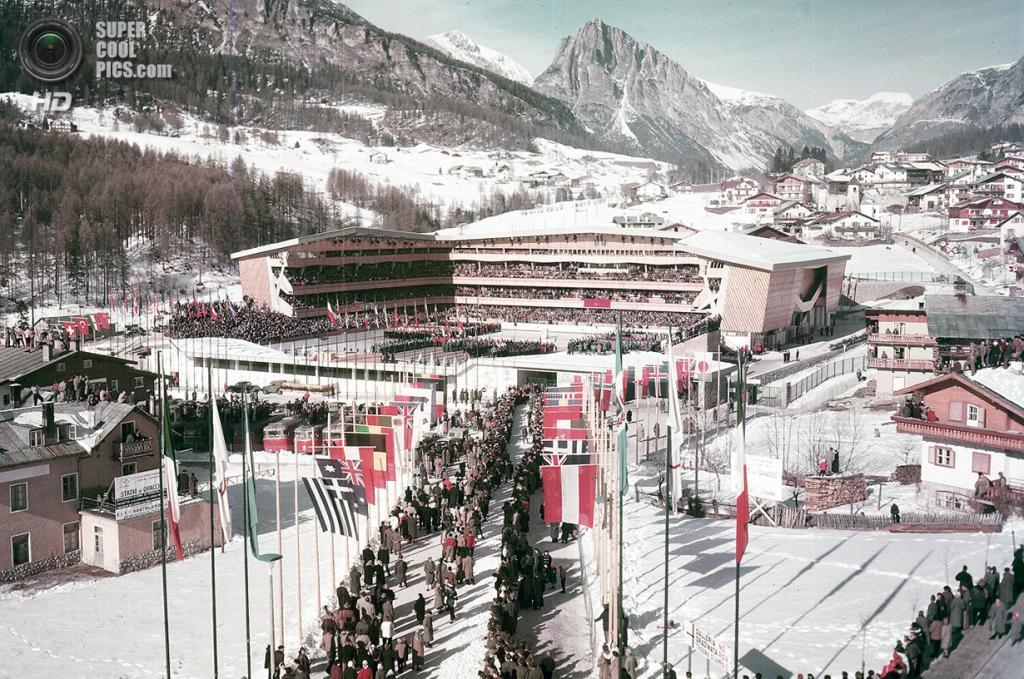Италия. Кортина-д'Ампеццо, Венето. 26 января 1956 года. Зрители наполняют ледовую арену перед началом церемонии открытия VII Олимпийских зимних игр. (AP Photo)