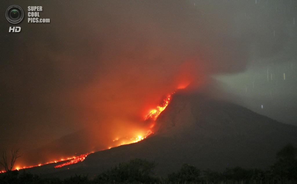 Индонезия. Тига-Кикат, Северная Суматра. 21 января. Потоки лавы во время извержения Синабунга. (AP Photo/Binsar Bakkara)