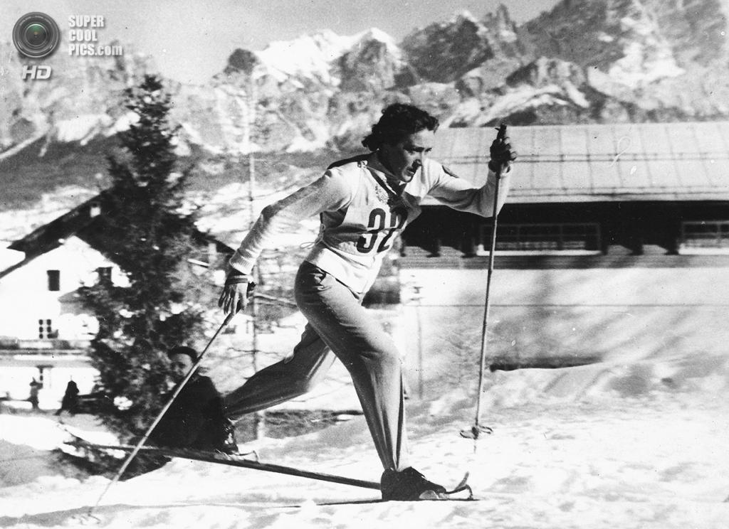 Италия. Кортина-д'Ампеццо, Венето. 28 января 1956 года. Любовь Козырёва из СССР выигрывает соревнования по лыжным гонкам на 10 км. (AP Photo)