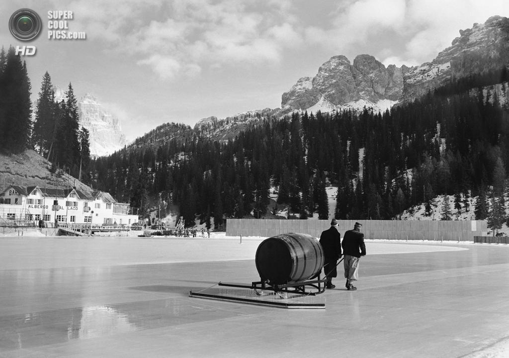 Италия. Кортина-д'Ампеццо, Венето. 13 января 1956 года. Подготовка льда на озере Мизурина для соревнований по скоростному бегу на коньках. (AP Photo)
