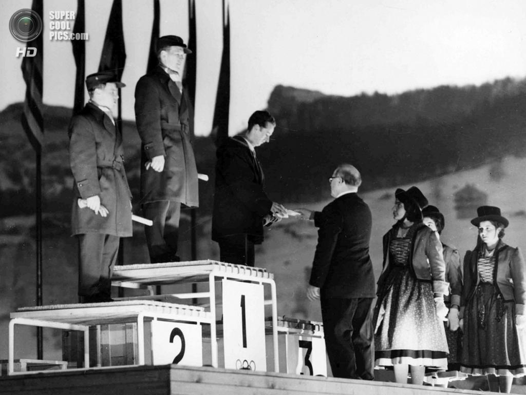 Италия. Кортина-д'Ампеццо, Венето. 5 февраля 1956 года. Президент Международного олимпийского комитета (МОК) Эвери Брендедж награждает призёров соревнований по прыжкам на лыжах с трамплина. (AP Photo)