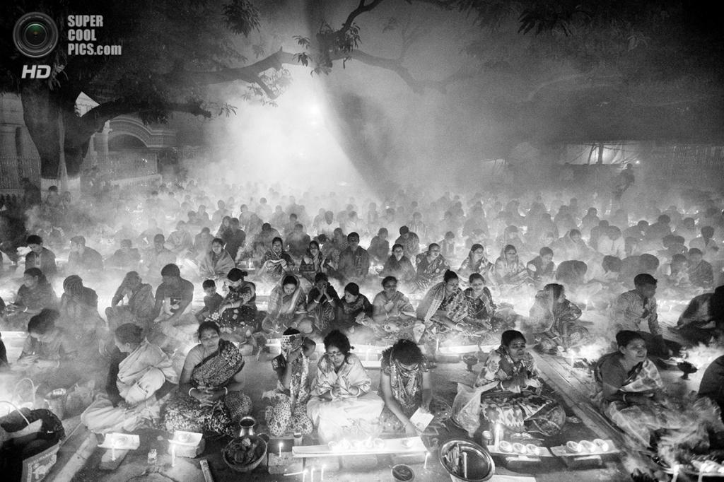 Тысячи индуистов молятся богам у храма Шри-Шри-Локанатх-Брахмачар-Ашрам во время фестиваля «Ракхер-упобаш». Место съёмки: Бангладеш. Бароди, Нараянгандж. (Suvra Kanti Das/2014 Sony World Photography Awards)