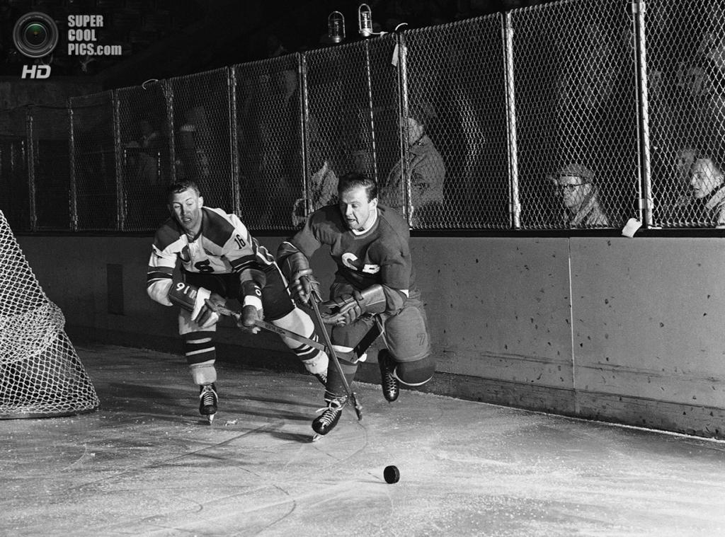 США. Скво-Вэлли, Калифорния. 19 февраля 1960 года. Уэлди Олсон из США и Мирослав Влах из Чехословакии в борьбе за шайбу во время хоккейного матча-открытия VIII Олимпийских зимних игр. (AP Photo)