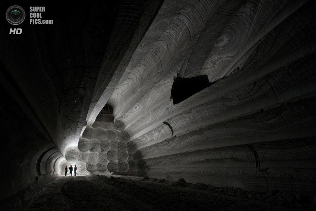 Шахты на месторождениях сильвинита — это одно из самых красивых мест для работы, которые я знаю. К сожалению, шахтёры работают с таким трудом, что не в силах оценить окружающую их красоту. Пыль, темнота и свет от фонаря — это всё, что они замечают. Я хотел показать их работу и завораживающий подземный дворец. (Viktor Lyagushkin/2014 Sony World Photography Awards)