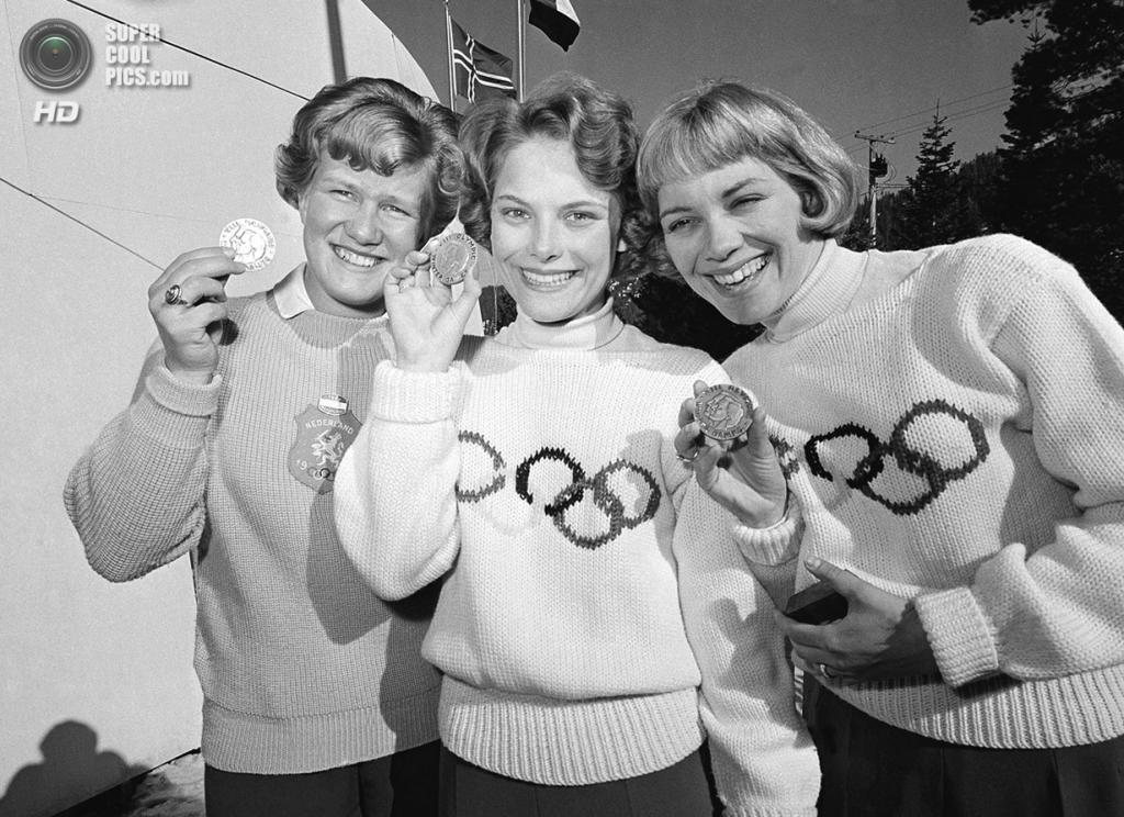 США. Скво-Вэлли, Калифорния. 21 февраля 1960 года. Кэрол Хейсс из США (в центре), Шаукье Дейкстра из Нидерландов и Барбара Роулз из США на церемонии награждения призёров соревнований по фигурному катанию. (AP Photo)