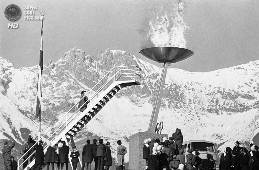 Австрия. Инсбрук, Тироль. 21 января 1964 года. Олимпийский огонь на церемонии открытия IX Олимпийских зимних игр, где впервые появился санный спорт. (AP Photo)