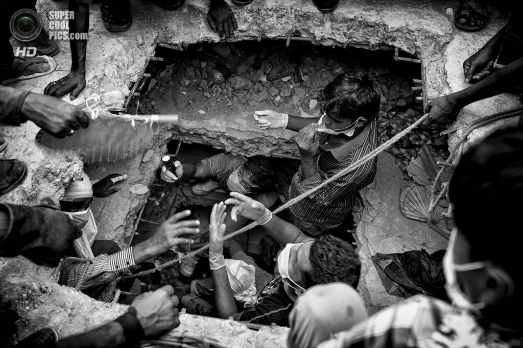 Спасательные работы на месте обрушения восьмиэтажного здания «Рана-плаза». Место съёмки: Бангладеш. Савар, Дакка. (Suvra Kanti Das/2014 Sony World Photography Awards)