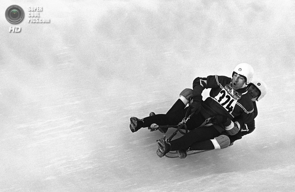Австрия. Инсбрук, Тироль. 22 января 1964 года. Ронни Уолтерс и Джеймс Хиггинс из США на соревнованиях по тобоггану. (AP Photo)