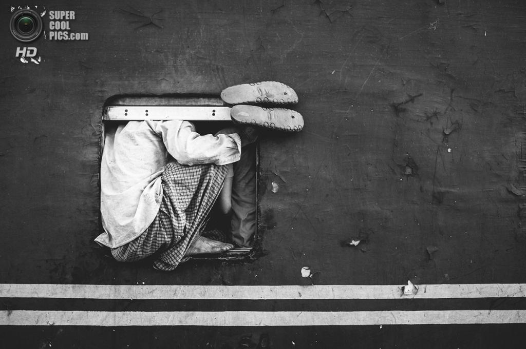 Следующие домой. (Ata Mohammad Adnan/2014 Sony World Photography Awards)