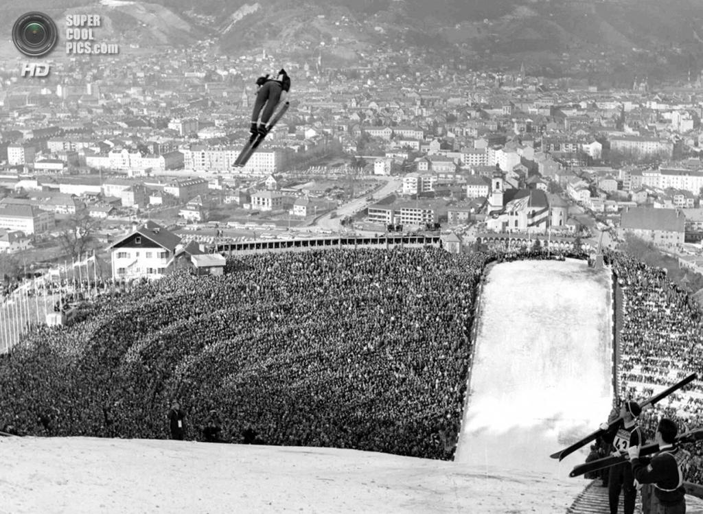 Австрия. Инсбрук, Тироль. 9 февраля 1964 года. На соревнованиях по прыжкам с трамплина. Интересно, что до Олимпийских зимних игр в Сочи прыжки с трамплина оставались чисто мужскими соревнованиями. (AP Photo)
