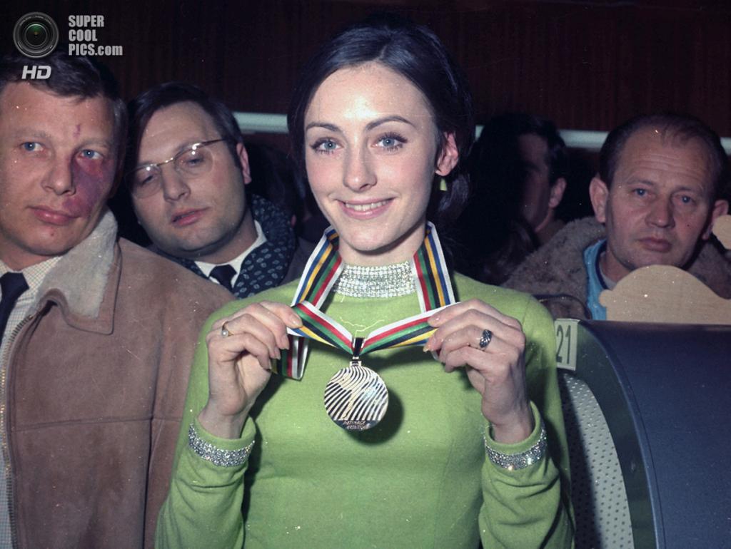 Франция. Гренобль, Изер, Рона — Альпы. 10 февраля 1968 года. Пегги Флеминг демонстрирует золотую медаль. (AP Photo)