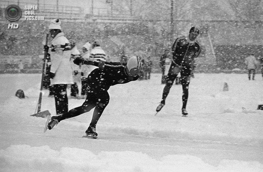 Япония. Саппоро, Хоккайдо. 4 февраля 1972 года. Дэниел Кэрролл из США на соревнованиях по скоростному бегу на коньках на 5 000 м. (AP Photo/John Rider)