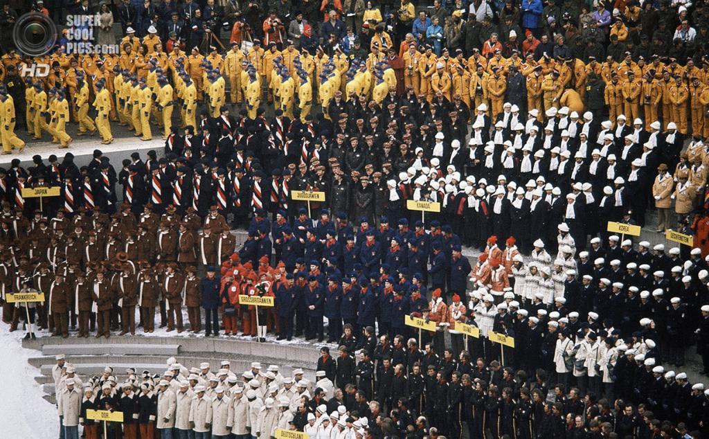 Австрия. Инсбрук, Тироль. 4 февраля 1976 года. Делегации разных стран на церемонии открытия XII Олимпийских зимних игр. (AP Photo)