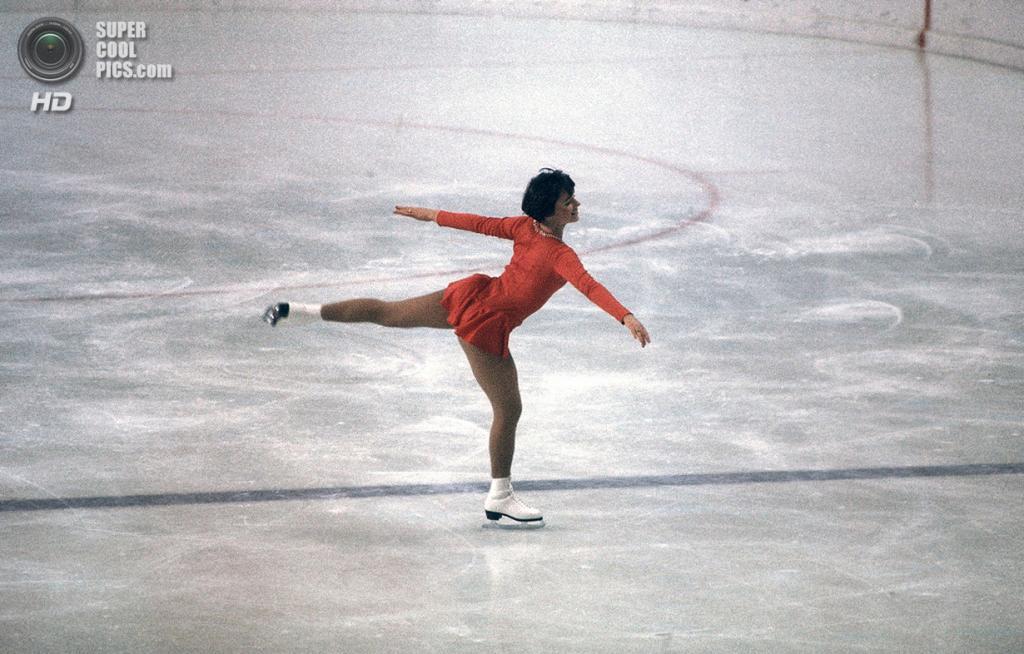 Австрия. Инсбрук, Тироль. 13 февраля 1976 года. Американская фигуристка Дороти Хэмилл во время соревнований. (AP Photo)