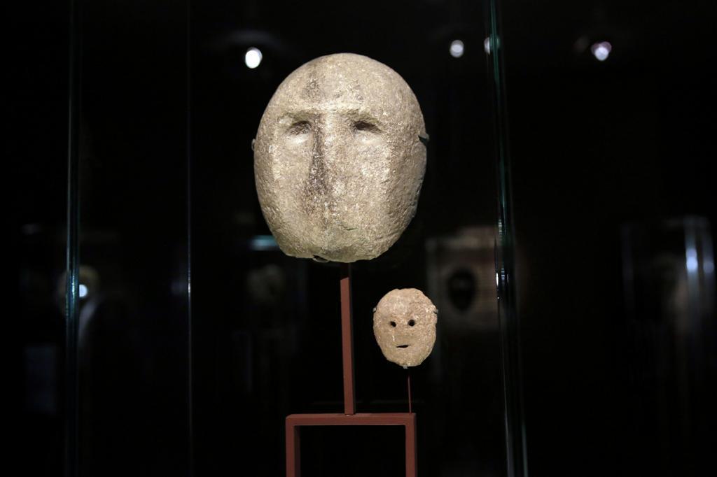Израиль. Иерусалим. 10 марта. На выставке масок в Музее Израиля. Их возраст оценивается в 9000 лет — это самые древние маски на Земле. (AP Photo/Tsafrir Abayov)