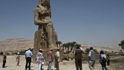 Археологи нашли древние статуи Аменхотепа III (4 фото)
