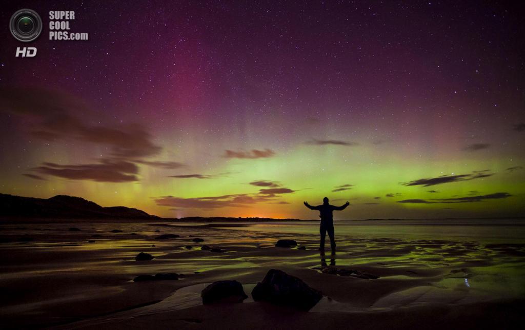 Великобритания. Нортамберленд, Англия. 27 февраля. Северное сияние над заливом Эмблтон. (AP Photo/Tom White, PA Wire)