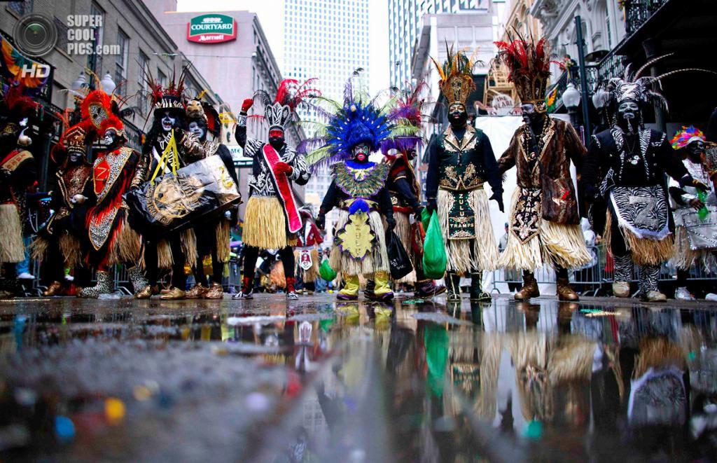 США. Новый Орлеан, Луизиана. 4 марта. Члены клуба Krewe of Zulu шествуют на знаменитом карнавале «Марди-Гра». (REUTERS/Jonathan Bachman)