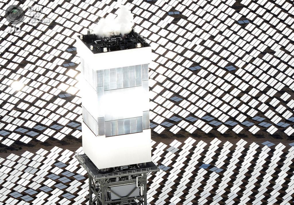 США. Сан-Бернардино, Калифорния. 20 февраля. Котёл и приёмник солнечного излучения на вершине одной из башен системы солнечных электростанций «Айванпа». (Ethan Miller/Getty Images)