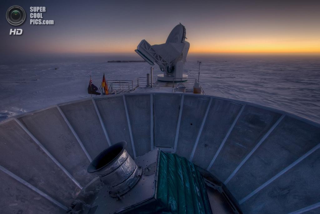 Чаша телескопа  BICEP2 на фоне телескопа SPT. (NASA/JPL-Caltech)