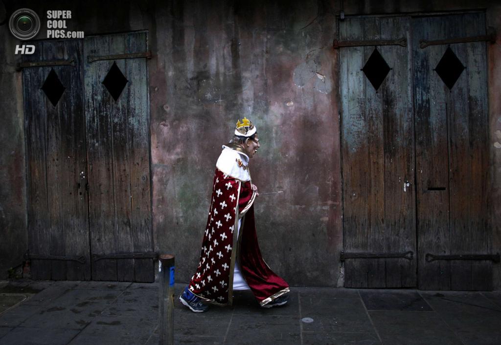 США. Новый Орлеан, Луизиана. 4 марта. Ещё один «король» спешит на карнавал. (REUTERS/Jonathan Bachman)