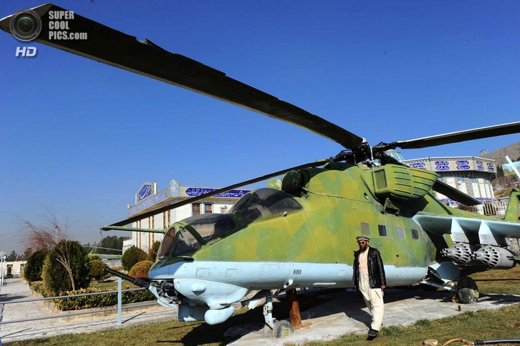 Афганистан. Герат. 15 февраля. Шейх Абдуллах у советского вертолёта во дворе музея. (Aref Karimi/AFP/Getty Images)