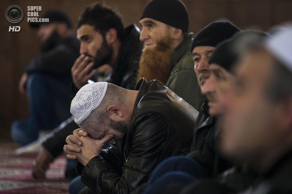Украина. Бахчисарай, Крым. 7 марта. Крымские татары слушают проповедь. (REUTERS/Thomas Peter)