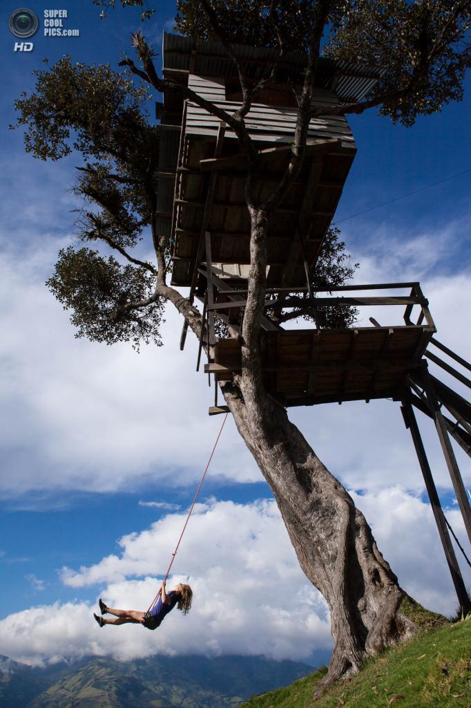 Эквадор. Баньос, Тунгурауа. 13 января 2013 года. «Качели на границе мира». (Hiram Stelzig)