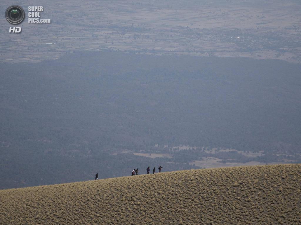 Мексика. Пуэбла. 12 марта. Паломничество к вулкану Попокатепетль. (AP Photo/Eduardo Verdugo)