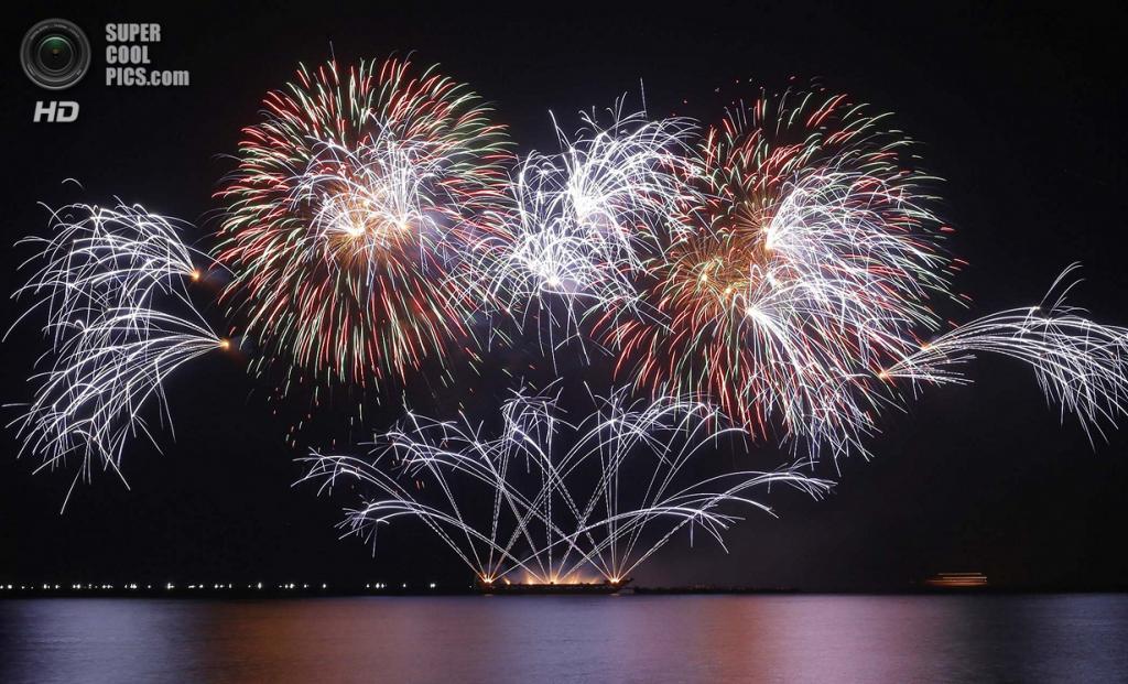 Филиппины. Пасай, Манила. 15 марта. Фейерверки Royal Pyrotechnie из Испании на 5-м Филиппинском международном пиромузыкальном конкурсе. (AP Photo/Bullit Marquez)