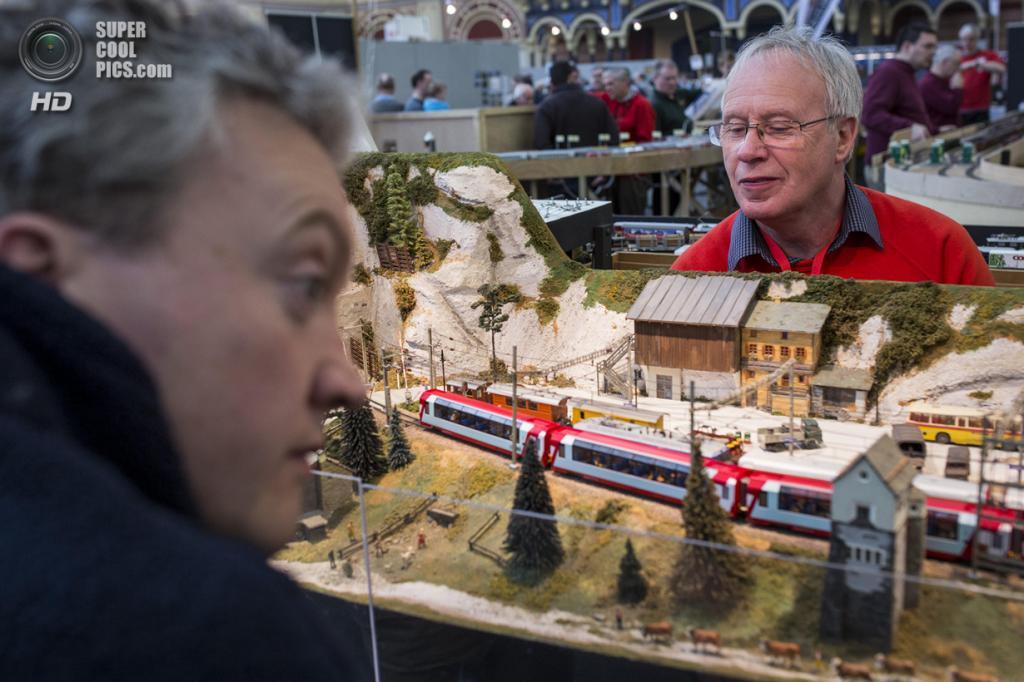 Великобритания. Лондон. 23 марта. Глин Джонс управляет моделью железной дороги, которая основана на недостроенной секции Rhätische Bahn в округе Малоя, Швейцария. (Rob Stothard/Getty Images)