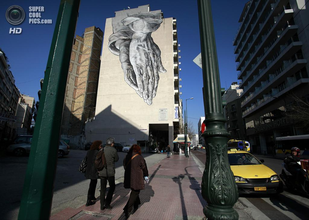 Греция. Афины. 12 марта. Граффити Павлоса Цаконаса на боковом фасаде отеля «Вена». (AP Photo/Dimitri Messinis)