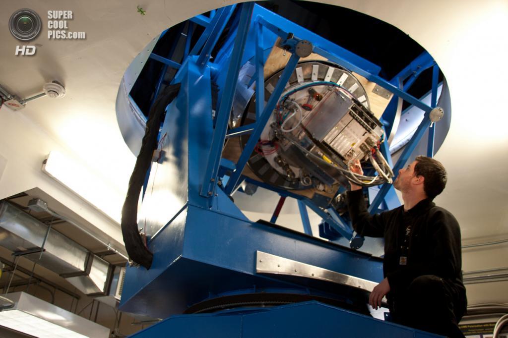 Астроном Юстус Бревик проводит диагностику электроники телескопа BICEP2. (NASA/JPL-Caltech)