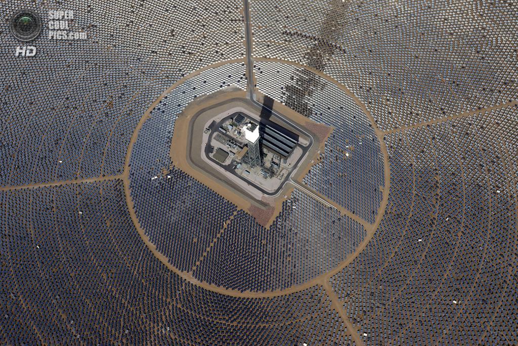 США. Сан-Бернардино, Калифорния. 20 февраля. Вид сверху на одну из электростанций. (Ethan Miller/Getty Images)