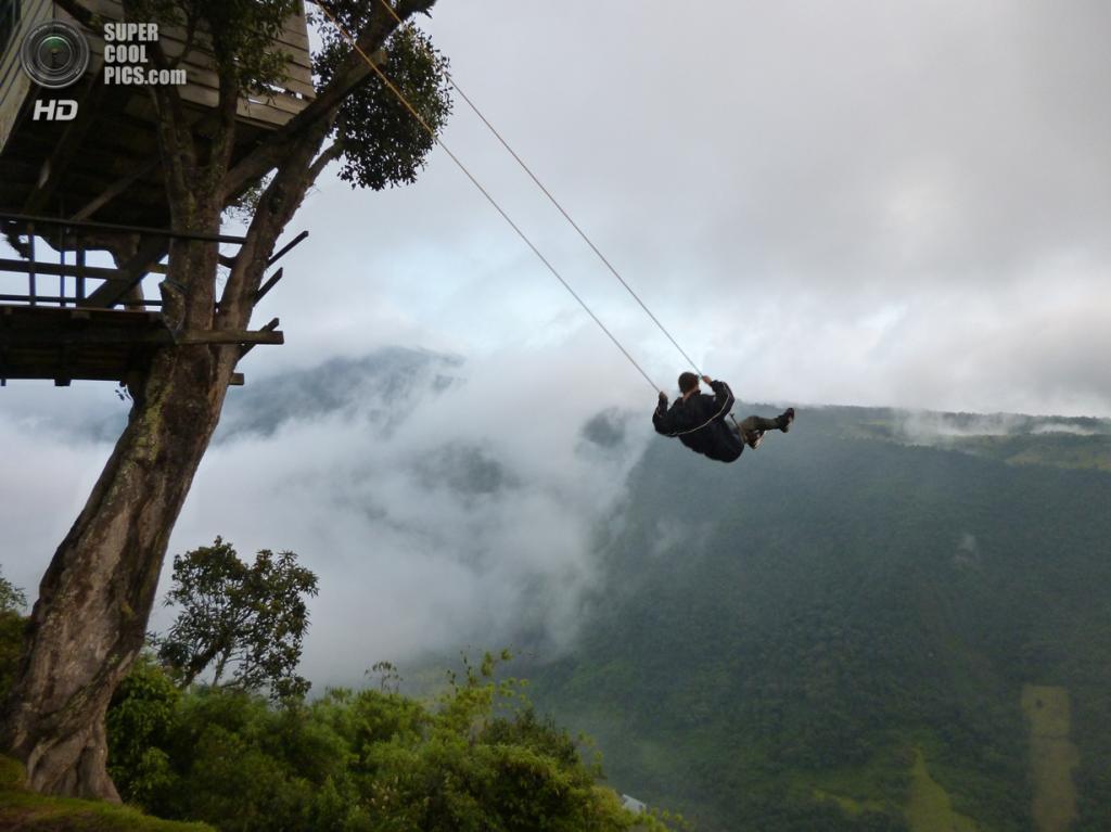 Эквадор. Баньос, Тунгурауа. 9 сентября 2012 года. «Качели на границе мира». (The Beaten Tracks)