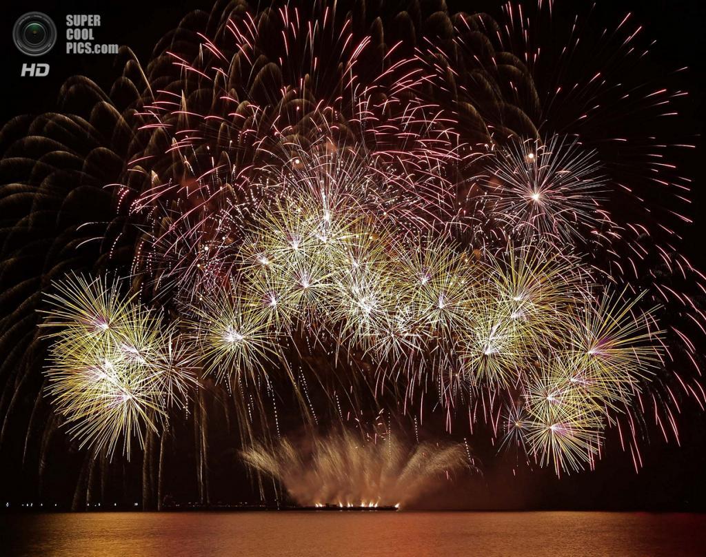 Филиппины. Пасай, Манила. 15 марта. Фейерверки Oy Pyroman Finland из Финляндии на 5-м Филиппинском международном пиромузыкальном конкурсе. (AP Photo/Bullit Marquez)