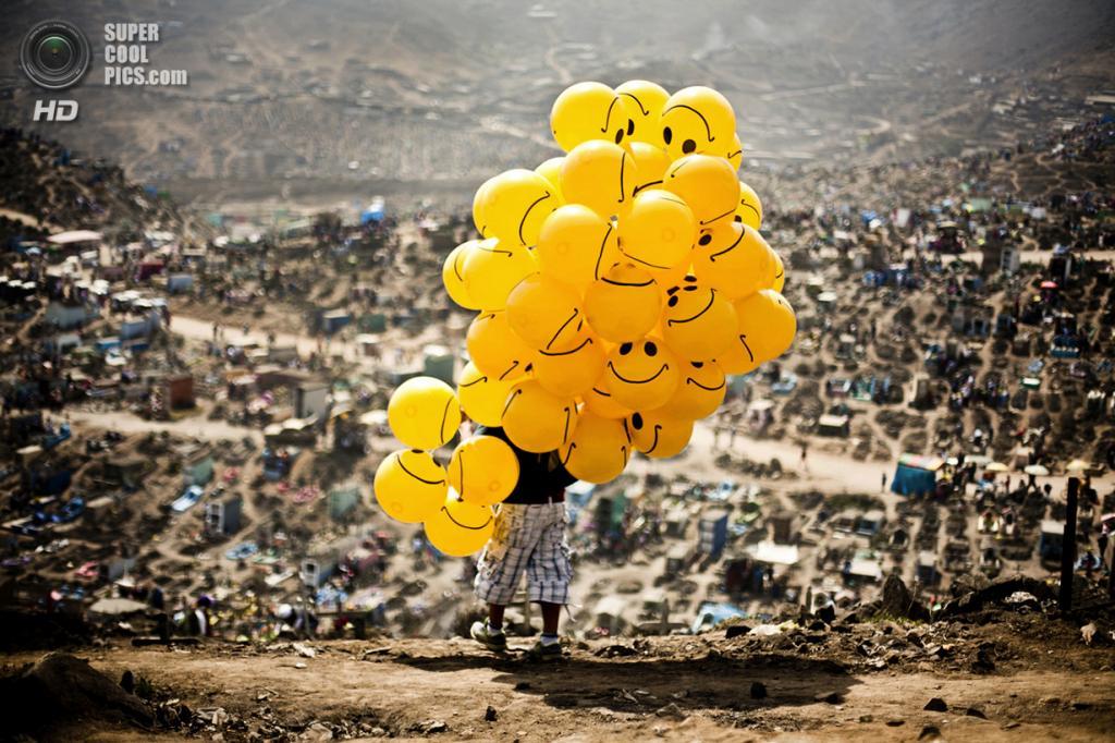 Мужчина продаёт воздушные шары на кладбище. Место съёмки: Лима, Перу. Номинация: National Awards, Перу, 1 место. (Milko Torres Ramirez/2014 Sony World Photography Awards)