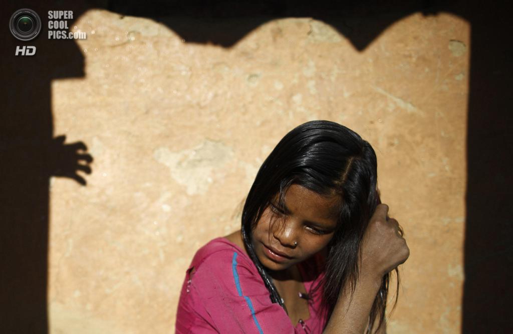 Непал. Ачхам, Западный регион. 18 февраля. 14-летняя Уттара Сауд моет голову после своего первого чаупади. (REUTERS/Navesh Chitrakar)