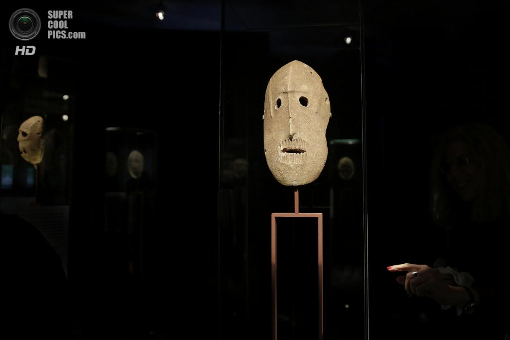 Израиль. Иерусалим. 10 марта. На выставке «Лицом к лицу: Старейшие маски в мире» в Музее Израиля. (AP Photo/Tsafrir Abayov)
